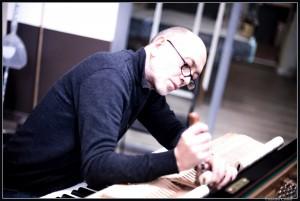 Giuseppe Sciurti al lavoro nel suo negozio di accordatura di pianoforti a Milano