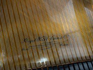 Pianoforte a Coda Pleyel del 1907. Dettaglio della tavola armonica e del logo Pleyel