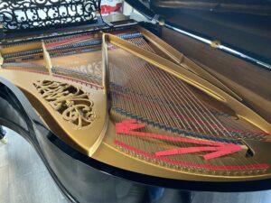 Pianoforte a Coda Pleyel del 1907. Dettaglio dell'interno: le corde e il telaio dorato in ghisa