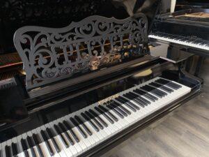 Pianoforte a Coda Pleyel del 1907. Dettaglio della tastiera e del bel reggi spartiti
